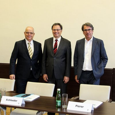 Bei der heutigen Pressekonferenz wurde die neue Stiftungsprofessur vorgestellt. v.l.n.r. Dipl.-Ing. Franz Rotter (voestalpine, High Performance Metals Division), Rektor Wilfried Eichlseder, Dipl.-Ing. Stefan Pierer (Pankl Racing Systems) (Fotocredit: Montanuniversität Leoben)